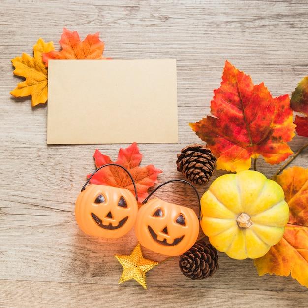 Sztuczka lub psikus kosze i symbole jesieni w pobliżu papieru Darmowe Zdjęcia