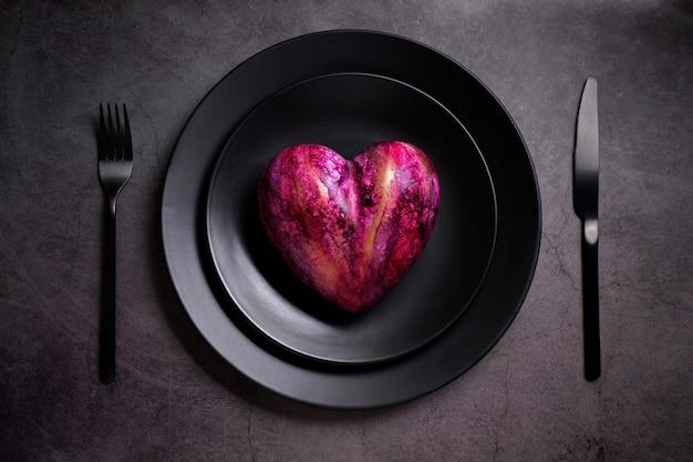 Sztuczne Serce Na Czarnym Talerzu Premium Zdjęcia