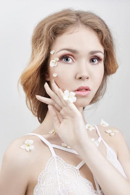 Sztuka Blond Kobieta Z Kwiatami Na Ciele Premium Zdjęcia