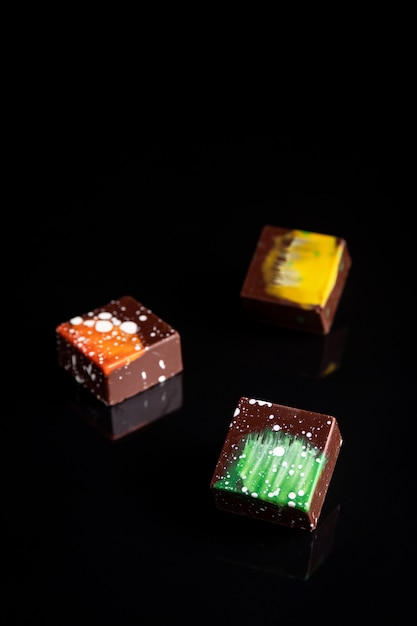 Sztuka Kolorowe Cukierki Czekoladowe Na Czarny, Wybrane Fokus Premium Zdjęcia