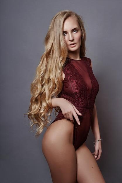 Sztuka Piękna Nude Kobiety Czerwone Body, Idealny Makijaż Premium Zdjęcia