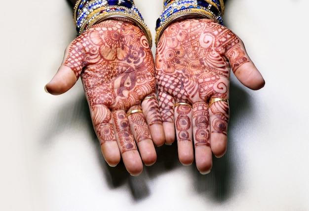 Sztuka W Rękach Dziewcząt Za Pomocą Henny Jest Również Nazywana Designem Mehndi, Style. To Tradycja W Indiach. Premium Zdjęcia