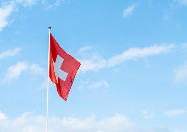 Szwajcarska Flaga Z Niebem Premium Zdjęcia