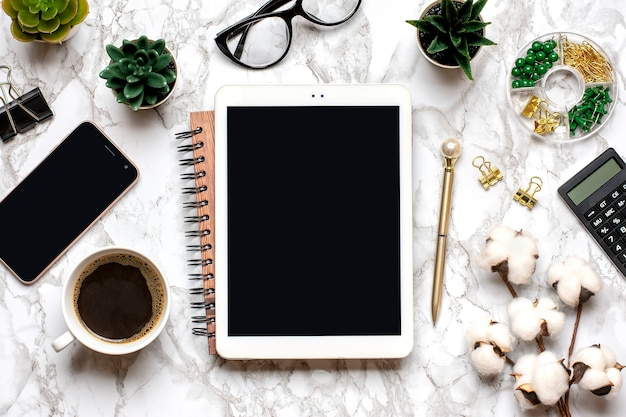 Tablet Z Czarnym Ekranem, Okulary, Filiżankę Kawy, Długopis, Smartfon, Sukulenty Na Marmurowym Blacie Premium Zdjęcia