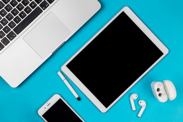 Tablet Z Smartphone I Słuchawki Na Stole Premium Zdjęcia