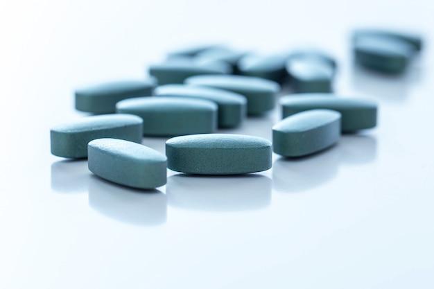 Tabletki na białej powierzchni Darmowe Zdjęcia