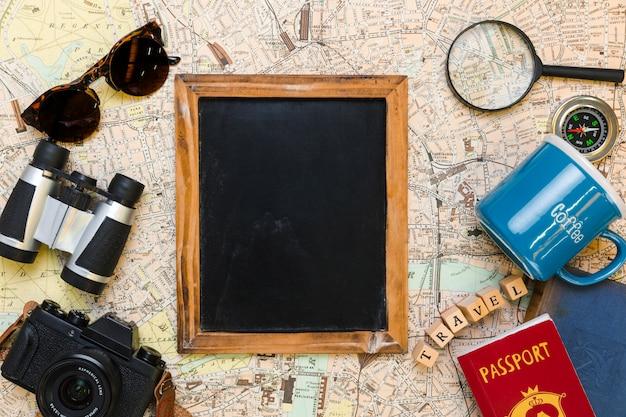 Tablica Otoczona Elementami Podróży Darmowe Zdjęcia