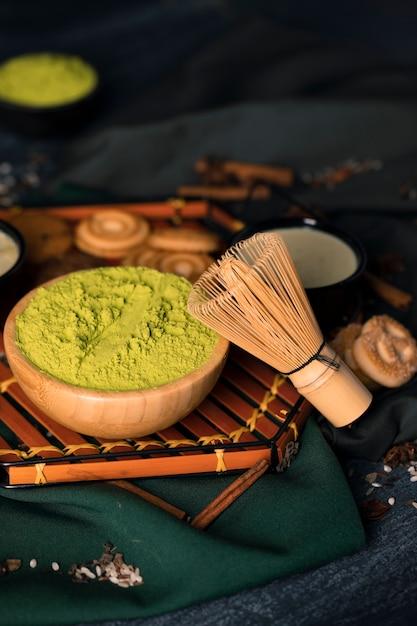 Taca z zielonym proszkiem na misce na herbatę Darmowe Zdjęcia
