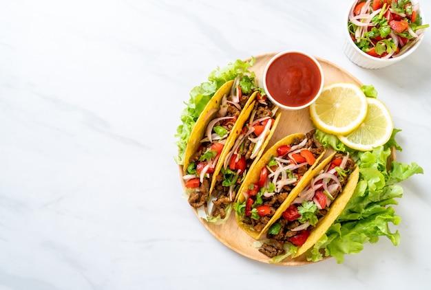 Tacos Z Mięsem I Warzywami Premium Zdjęcia