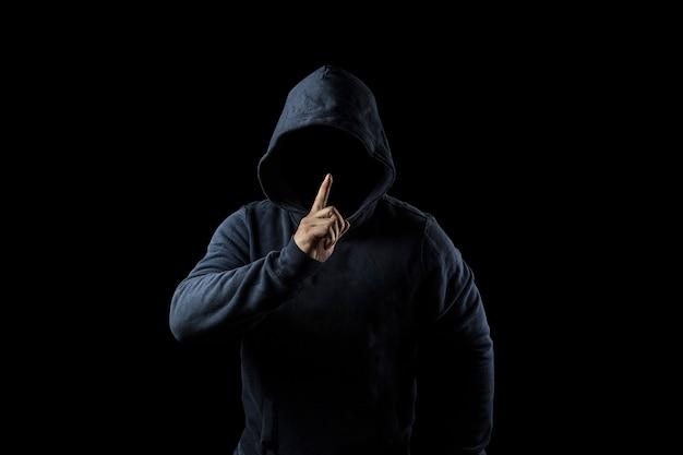 Tajemnicza, nieznana osoba w kapturze. niebezpieczeństwo w ciemności. koncepcja anonimowa lub kryminalna Premium Zdjęcia