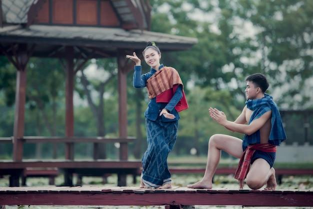 Tajlandia tańczy kobiety i mężczyzny w stroju ludowym stylu: taniec tajlandia Darmowe Zdjęcia