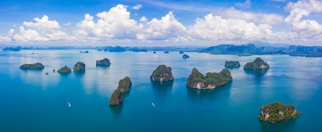 Tajlandia zieleni luksusowa tropikalna wyspa w błękitnym i turkusowym morzu z wyspami w tle i chmurami Premium Zdjęcia