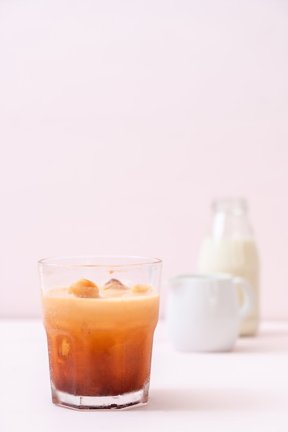 Tajlandzka Herbaciana Kostka Lodu Z Mlekiem Premium Zdjęcia