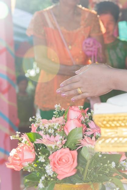Tajlandzka Kultura, Ręka Panna Młoda Otrzymywa świętą Wodę W ślubnej Ceremonii Premium Zdjęcia
