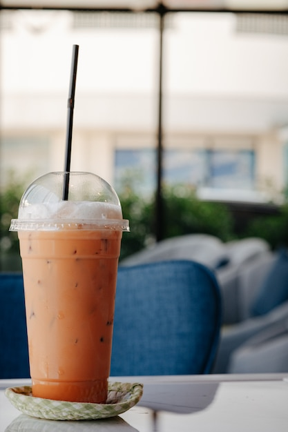 Tajlandzka Mrożona Herbata Umieszczająca Na Stole Premium Zdjęcia