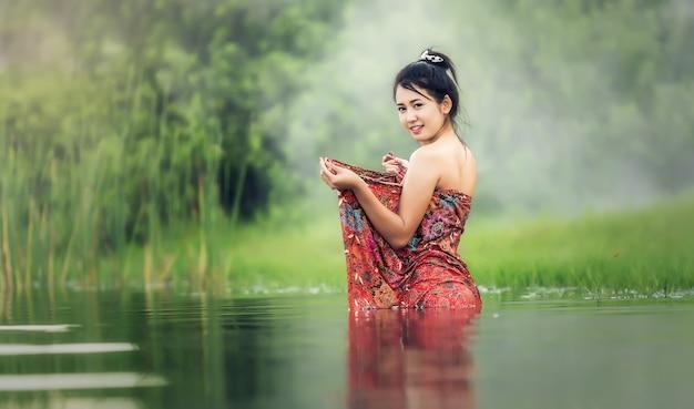 Tajlandzki Kobiety Kąpanie W Rzece Premium Zdjęcia
