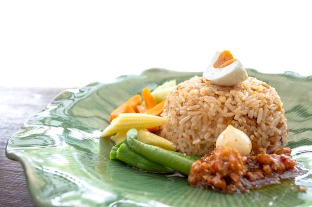Tajlandzki korzenny krewetkowy pasta kumberland smażący rice z crispy smażącą rybią słodką wieprzowiną na drewnianym stole Premium Zdjęcia