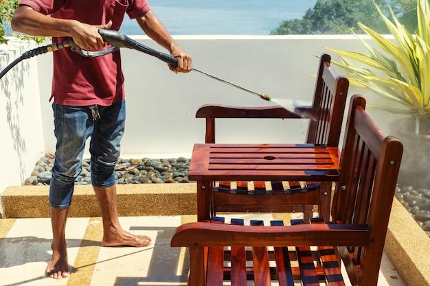 Tajlandzki Mężczyzna Robi Ciśnieniu Myje Na Drewnie Premium Zdjęcia