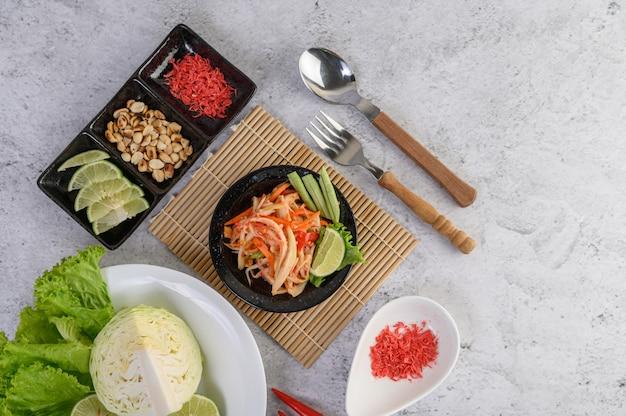 Tajska Sałatka Z Papai W Białym Talerzu Z Lepkim Ryżem I Suszonymi Krewetkami Darmowe Zdjęcia