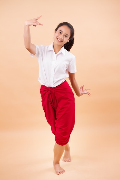 Tajska Sztuka Performatywna, Studentka Tańca Tancerki W Tradycyjnej Czerwonej Przepasce Biodrowej Premium Zdjęcia