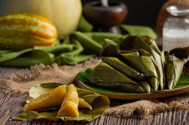 Tajski Deser. Ciastka Gotowane Na Parze Z Kantalupa Zawinięte W Rożek Z Liści Bananowca Darmowe Zdjęcia