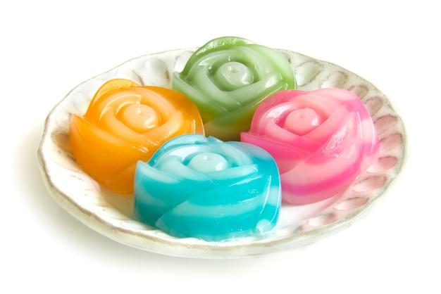 Tajski Deser Słodkie Ciasto Warstwowe W Róża Kwiaty Wzór Widok Z Boku Na Białym Tle Premium Zdjęcia