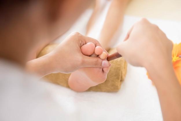 Tajski masaż stóp z aromatoterapią i refleksologią Premium Zdjęcia