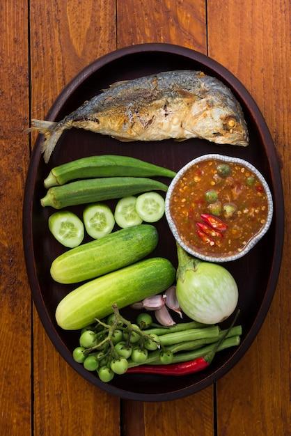 Tajskie jedzenie, pasta z krewetek ze smażoną makrelą i warzywami Premium Zdjęcia