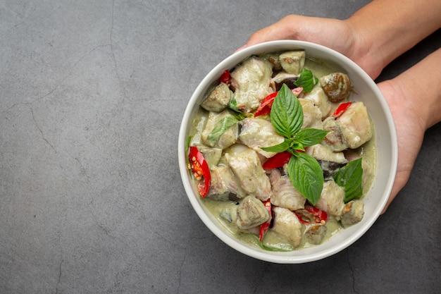 Tajskie Jedzenie. Zielone Kokosowe Curry Wieprzowe Z Bakłażanem Darmowe Zdjęcia