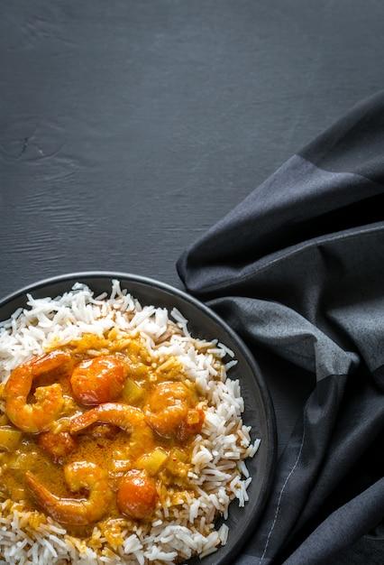 Tajskie żółte Curry Z Owocami Morza I Białym Ryżem Premium Zdjęcia