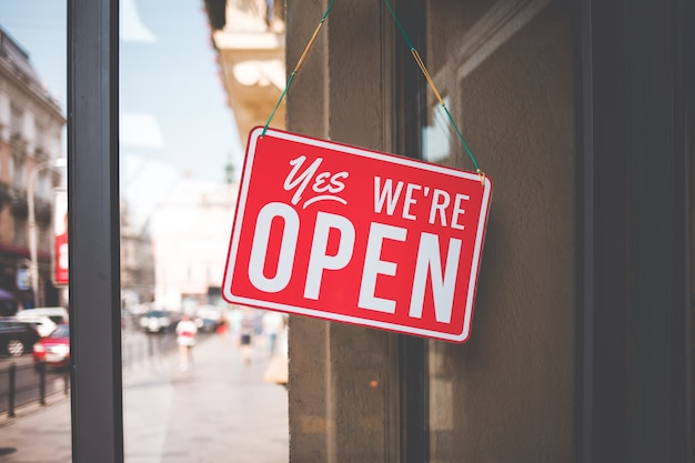 Tak, Jesteśmy Otwartym Znakiem Na Szybie Drzwi W Sklepie. Premium Zdjęcia