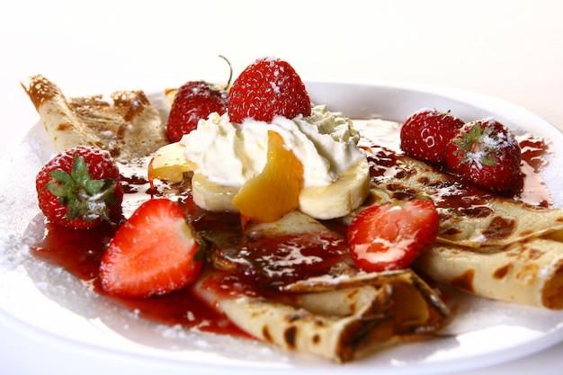 Talerz deserowy z naleśnikami i truskawkami Darmowe Zdjęcia