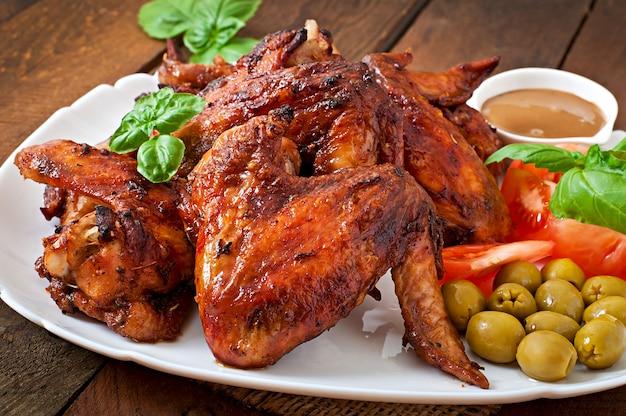 Talerz Kurczaków Skrzydła Na Drewnianym Stole Premium Zdjęcia