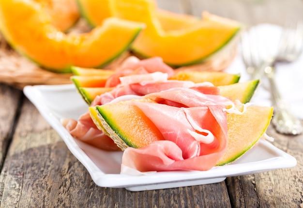 Talerz Melona Kantalupa Z Prosciutto Premium Zdjęcia