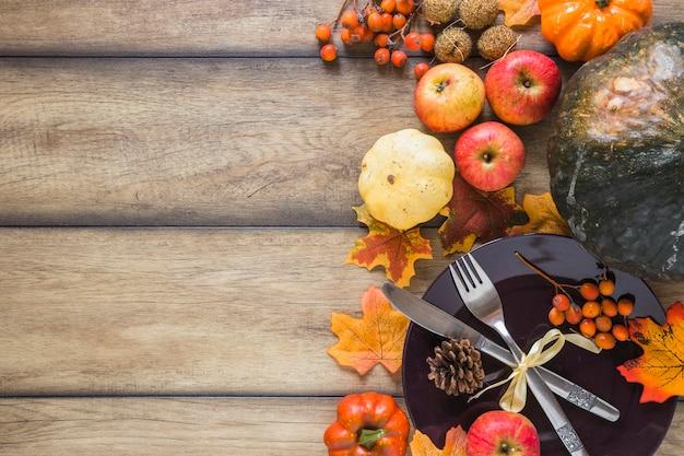 Talerz Między Warzywami I Suchymi Liśćmi Darmowe Zdjęcia