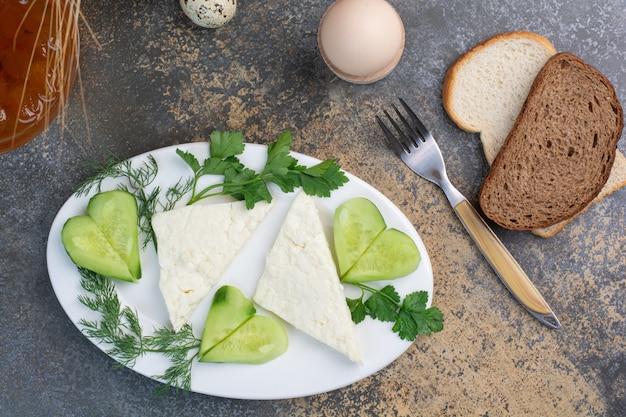 Talerz Serów Z Warzywami I Kromkami Chleba. Darmowe Zdjęcia