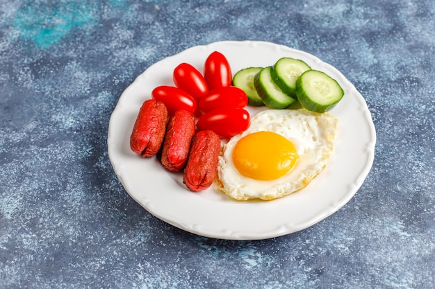 Talerz śniadaniowy Zawierający Kiełbaski Koktajlowe, Jajka Sadzone, Pomidorki Koktajlowe, Słodycze, Owoce I Szklankę Soku Brzoskwiniowego. Darmowe Zdjęcia