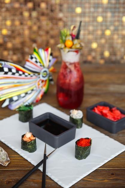 Talerz sushi gunkan podany z sosem sojowym i imbirem Darmowe Zdjęcia