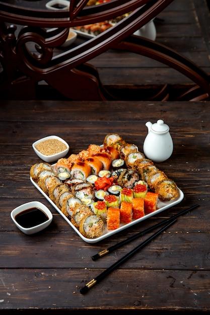 Talerz Sushi Z Różnymi Nadzieniami Darmowe Zdjęcia