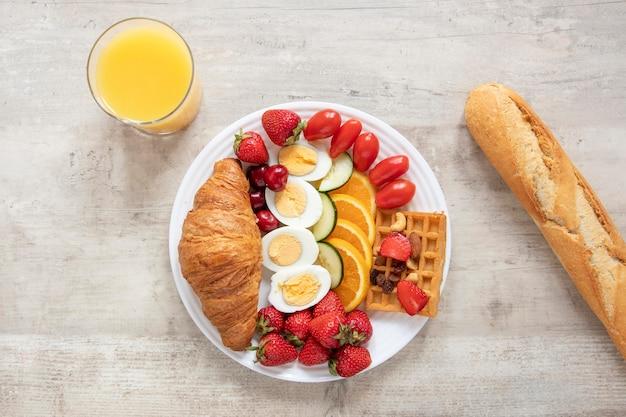 Talerz Z Jajkami Owoce I Warzywa Z Bagietką Darmowe Zdjęcia
