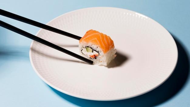 Talerz Z Rolką Sushi I Pałeczkami Darmowe Zdjęcia