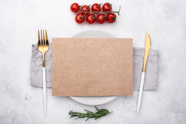 Talerz Z Sztućcami I Pomidorami Na Stole Darmowe Zdjęcia