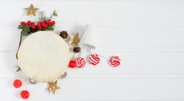 Tamburyn Ze świąteczną Dekoracją Premium Zdjęcia