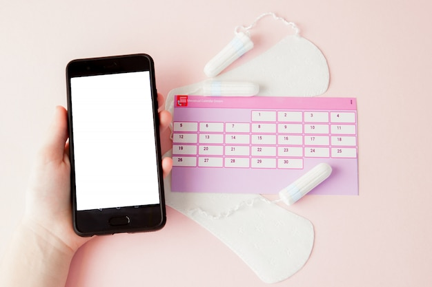 Tampon, Kobiece, Podpaski Higieniczne Na Krytyczne Dni, Kobiecy Kalendarz, Tabletki Przeciwbólowe Podczas Menstruacji Na Różowym Tle. śledzenie Cyklu Miesiączkowego I Owulacji Premium Zdjęcia