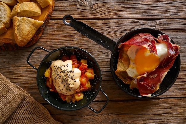 Tapas z hiszpanii połamanych jaj i bravas Premium Zdjęcia