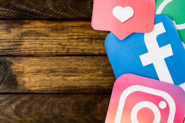 Tapetuje cięcie outs ogólnospołeczne networking ikony z jak ikona na drewnianym stole Darmowe Zdjęcia