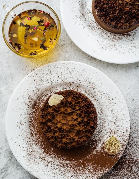 Tarta czekoladowa z białym nadzieniem. Premium Zdjęcia
