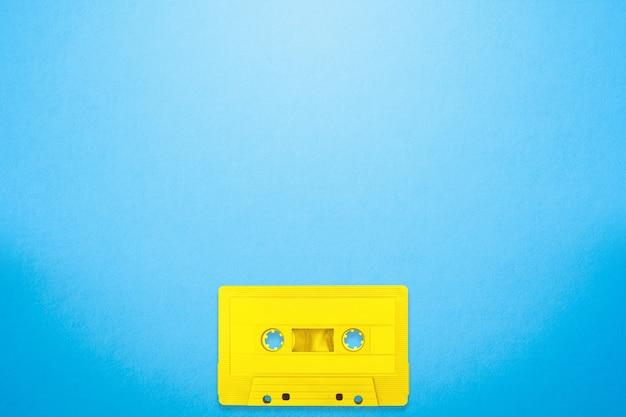 Taśmy Kasety Koloru żółty Miejsca Na Błękitnym Tle Premium Zdjęcia