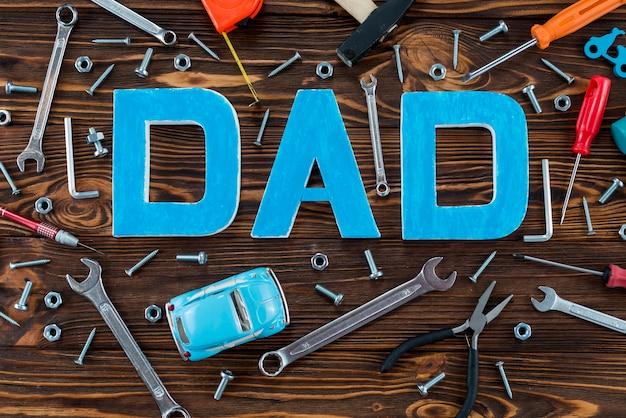 Tata napis z narzędziami i autko Darmowe Zdjęcia