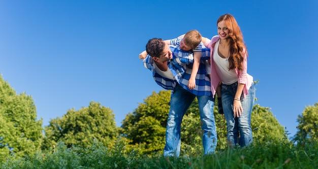 Tata przewożący syna piggyback na plecach Premium Zdjęcia